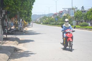 Nắng nóng, người dân hạn chế ra đường vào giờ cao điểm, nếu phải ra cũng che rất kỹ. Ảnh chụp lúc 12h ngày 28/5 trên đại lộ Thịnh Lang, phường Tân Thịnh (TPHB).