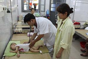 Thời tiết nắng nóng, Khoa Nhi (BVĐK Hoà Bình) luôn trong tình trạng quá tải do bệnh nhân nhập viện tăng đột biến.