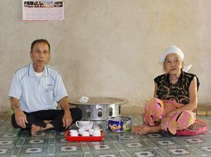 Sau khi có sự bàn bạc trong gia đình, cụ Hà Thị Cươm và con trai  Hà Văn Thiết đã thống nhất hiến toàn bộ diện tích đất nghĩa trang của dòng họ cho địa phương xây dựng trường THCS Xăm Khoè.