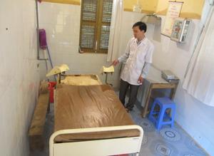 Bàn đỡ đẻ của trạm y tế xã Thanh Lương đã hư hỏng nặng và không sử dụng từ năm 2008 đến nay.