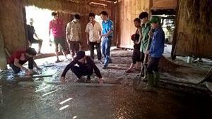 ĐVTN tham gia đổ nền xi măng cho gia đình ông Bàn Văn Xêm.