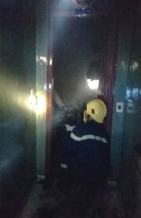Lực lượng chức năng khám nghiệm hiện trường sau vụ cháy tại nhà nghỉ Tây Bắc 2.