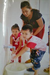 Các cháu trường mầm non A Cuối Hạ (Kim Bôi) đã có nước sạch sử dụng.