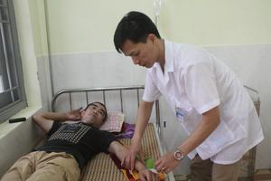 Cán bộ Trạm y tế xã Tòng Đậu (Mai Châu) chăm sóc sức khỏe nhân dân trên địa bàn.