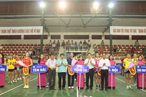 Các đồng chí lãnh đạo Tỉnh ủy, UBND tỉnh, Vụ TTTTC II, Sở VH-TT&DL trao hoa và cờ lưu niệm cho các đội.