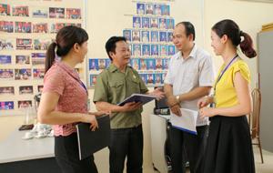 """Ban chỉ đạo chăm sóc NCC phường Đồng Tiến (TP Hòa Bình) trao đổi việc thực hiện phong trào """"Đền ơn - đáp nghĩa"""" trên địa bàn."""