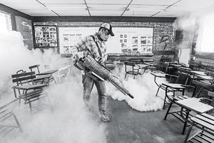 Phun thuốc diệt muỗi nhằm ngăn ngừa vi-rút Zika ở Thủ đô Ma-na-goa (Ni-ca-ra-goa). Ảnh AP