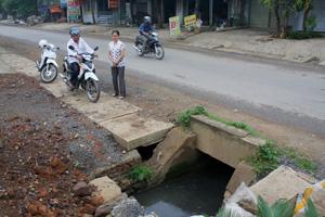 Nhiều năm qua, ở hai đầu cống thoát nước ngang đường trên Quốc lộ 12B, đoạn qua xóm Thanh Đức, xã Mãn Đức (Tân Lạc) không có nắp che, nước thải đọng lại gây ô nhiễm môi trường.