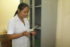 Cán bộ Trung tâm Y tế dự phòng huyện Mai Châu chuẩn bị thuốc cho các bệnh nhân điều trị methadone huyện Mai Châu.