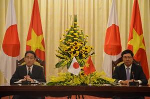 Bộ trưởng Ngoại giao Nhật Bản Kishida và Phó Thủ tướng, Bộ trưởng Ngoại giao Phạm Bình Minh tại buổi họp báo