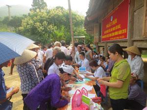 Đông đảo nhân dân xã Xuân Phong đến đăng ký khám bệnh tại Ngày hội.