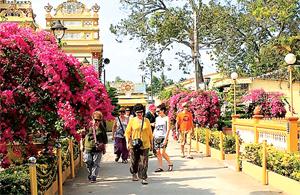 Chùa Vĩnh Tràng thu hút đông đảo khách trong và ngoài nước.