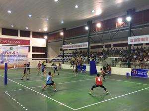 Trận thi đấu giữa đội Hà Nội (áo xanh) và Cảnh sát Cơ động  (áo đỏ) với tỉ số 3 – 2