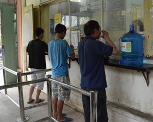 Bệnh nhân uống thuốc methadone tại cơ sở điều trị methadone thành phố Hòa Bình.