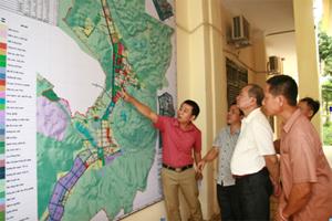 Các đại biểu xem bản đồ quy hoạch mới của thị trấn Mai Châu.