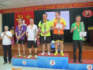 Ban tổ chức trao huy chương Vàng, Bạc, Đồng cho các VĐV thi đấu nội dung cầu lông đôi nam 44 tuổi trở xuống.