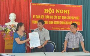 Tại hội nghị, cam kết được ký bởi 3 bên: UBND thị trấn Cao Phong - Chi cục TT&BVTV - chủ cửa hàng buôn bán thuốc BVTV trên địa bàn thị trấn Cao Phong.