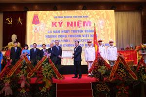 Thừa ủy quyền Chủ tịch nước, đồng chí Nguyễn Văn Quang, Phó Bí thư Tỉnh ủy, Chủ tịch UBND tỉnh trao Huân chương Lao động hạng nhất cho Sở Công Thương.