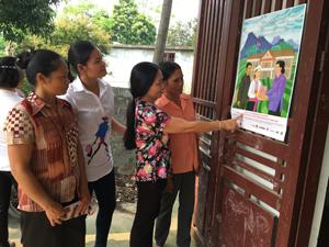 Phụ nữ xóm Tràng, xã Tu Lý (Đà Bắc) quan tâm đến thông tin liên quan đến chính sách Sổ đỏ hai tên.