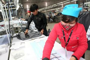 Các doanh nghiệp FDI được tạo điều kiện thuận lợi để triển khai dự án đầu tư. ảnh: Công ty May mặc Esquel Việt Nam (KCN Lương Sơn) giải quyết việc làm cho 2.800 lao động.