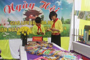 Bạn đọc đến với Ngày hội đọc sách, hưởng ứng ngày Sách Việt Nam được tổ chức tại trường tiểu học Kim Bình (Kim Bôi).