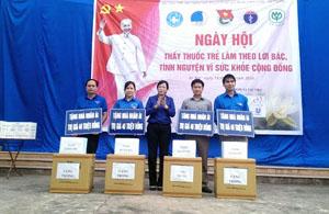 Đồng chí Nguyễn Thanh Hải, UV Ủy ban Thường vụ Quốc hội, Chủ nhiệm Ủy ban Văn hóa, giáo dục, TTN và nhi đồng của Quốc hội trao quà tại ngày hội thầy thuốc trẻ tình nguyện vì sức khỏe cộng đồng huyện Kỳ Sơn.