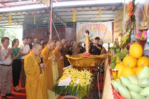 Nghi lễ niêm hương cúng dàng chư Phật trong Đại lễ Phật đản.