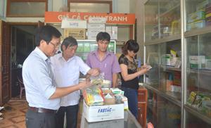 Đoàn công tác kiểm tra các điều kiện buôn bán thuốc BVTV tại Đại lý vật tư nông nghiệp Thảo Nguyên (Liên Vũ, Lạc Sơn).