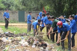 Thanh niên xã  Vũ Lâm (Lạc Sơn) tích cực hưởng ứng các hoạt động xung kích, tình nguyện góp phần xây dựng  cảnh quan  xanh - sạch - đẹp.
