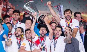Sevilla làm nên lịch sử - ba lần đoạt cúp Europa League.