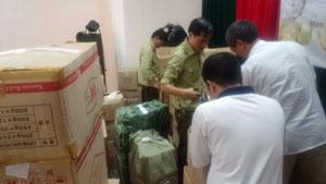 Lực lượng chức năng huyện Kim Bôi kiểm tra số thực phẩm chức năng vi phạm.