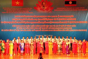 """Tiết mục đồng ca """"Bác Hồ sống mãi trong trái tim ta"""" (sáng tác của nhạc sĩ, Nghệ sĩ Quốc gia Lào Bua-ngân Xa-phu-vông) của Câu lạc bộ đồng hương Xiêng Khoảng."""