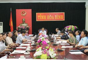 Đồng chí Bùi Văn Cửu, Phó Chủ tịch TT UBND tỉnh và đại diện lãnh đạo các ngành, đơn vị tại điểm cầu tỉnh Hòa Bình.