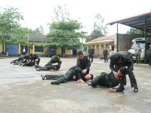 Chiến sỹ cảnh sát cơ động (Công an tỉnh) hăng say tập luyện,   sẵn sàng chiến đấu.