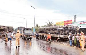Hiện trường vụ tai nạn giao thông đặc biệt nghiêm trọng ở Bình Thuận rạng sáng ngày 22-5. Ảnh: ĐÌNH CHÂU