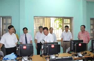 Bí thư Tỉnh uỷ Bùi Văn Tỉnh thăm thư viện điện tử trường PTDTNT THPT tỉnh.