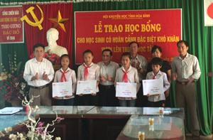 Hội khuyến học tỉnh trao học bổng cho học sinh khó khăn vươn lên học tập tại xã Định Cư (Lạc Sơn).