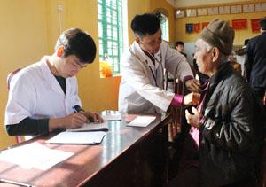 Thực hiện công tác chăm sóc người có công, bác sỹ Bệnh viện Đa khoa huyện Lạc Sơn khám bệnh, cấp thuốc miễn phí cho người có công xã Chí Đạo.