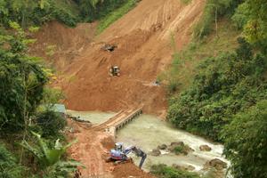 Tại nhiều công trình xây dựng trên địa bàn tỉnh, nguy cơ tiềm ẩn về lở đất là rất lớn, nhất là những khu vực tiếp giáp với đồi núi cao. ( Trong ảnh: Nhà thầu đang triển khai thi công thuỷ điện tại xã Phúc Sạn (Mai Châu).