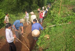 Xóm Trăng, xã Do Nhân (Tân Lạc) huy động nhân dân tu sửa đường  giao thông bị ảnh hưởng của mưa bão.
