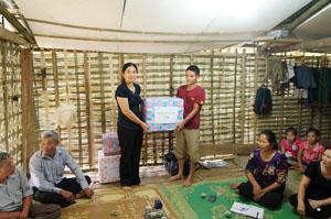 Đại diện các tổ chức chính trị xã hội trên địa bàn huyện Lạc Sơn và xã Liên Vũ trao tặng quà, đồ dùng sinh hoạt để hỗ trợ cho gia đình anh Bùi Văn Lực.