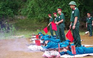 Lãnh đạo Ban CHQS huyện Mai Châu kiểm tra bắn đạn thật các đơn vị dân quân tự vệ sau khi huấn luyện.