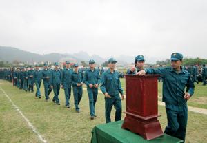 Cán bộ chiến sĩ LLVT huyện Lạc Thuỷ tham gia quyên góp, ủng hộ người nghèo.