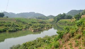 Nước sông Bưởi, đoạn chảy qua xóm Chẹ, xã ân Nghĩa (Lạc Sơn) trước khi chảy vào địa phận xã Thạch Lâm (Thạch Thành - Thanh Hoá) đã trong xanh trở lại.