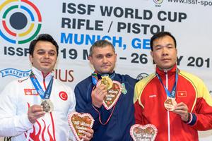 Hoàng Xuân Vinh (phải) thi đấu thành công ở Cúp thế giới 2016 tại Đức.