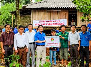 """Đại diện lãnh đạo Tỉnh đoàn trao biểu trưng số tiền 20 triệu đồng hỗ trợ gia đình em Đinh Công Cường xây dựng ngôi nhà """"khăn quàng đỏ""""."""