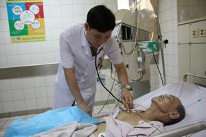 Bác sỹ Khoa điều trị tích cực (Bệnh viện Đa khoa tỉnh) khám cho bệnh nhân suy thận.