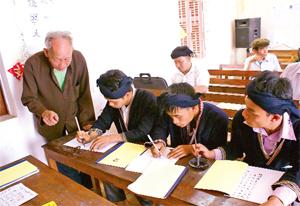 Ở độ tuổi 84 nhưng ông Bàn Văn Chiêu, xóm Dưỡng, xã Vầy Nưa (Đà Bắc)  vẫn tâm huyết với việc dạy chữ cho đồng bào Dao trên địa bàn.