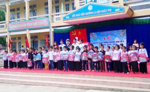 Công đoàn Công ty TNHH Doosung tech Việt Nam thăm, tặng quà học sinh, hộ gia đình chính sách xã Đa Phúc.