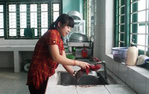 Sau mỗi bữa ăn bộ phận nhà bếp trường mầm non Tân Thịnh A rửa sạch dụng cụ nhà bếp.